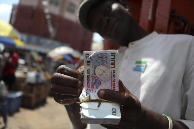 Un changeur de monnaies à Freetown, capitale de la Sierra Leone, en juin 2011.