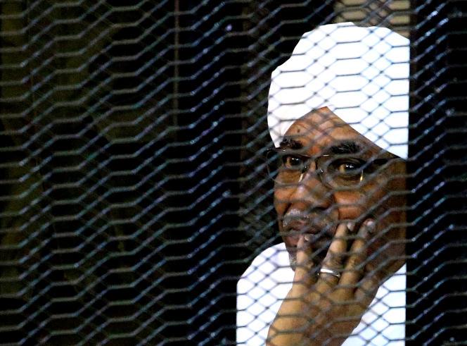 L'ancien président soudanais Omar Al-Bachir à son procès pour répondre d'accusation de corruption, à Khartoum, le 28 septembre 2019.
