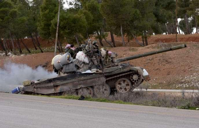 Un char des forces gouvernementales syriennes se déploie le long de l'autoroute M5 Damas-Alep, le 10 février.