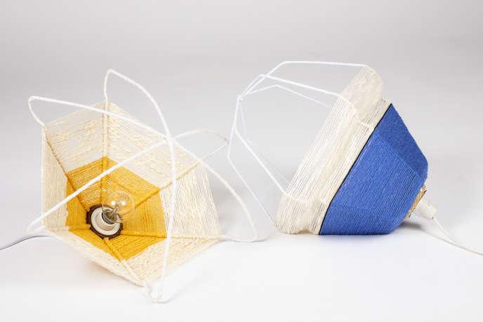 Lampes« Les Cintrées», en cintres de métal et textile délaissé.