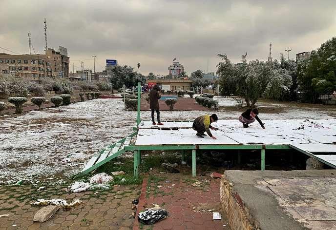 Des Irakiens jouent dans la neige à Bagdad, le 11 février 2020.