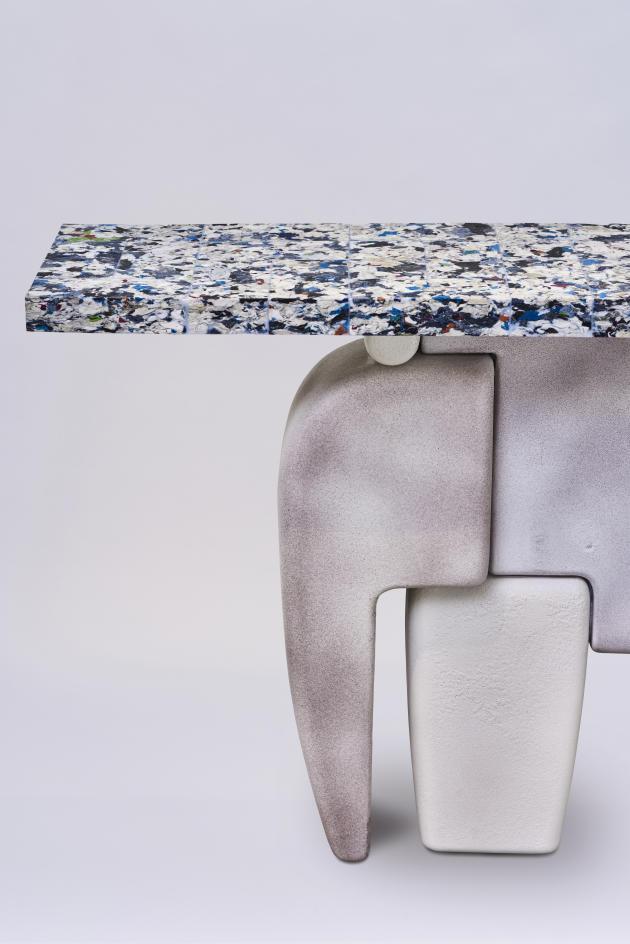 Console César, au piétement en céramique et au plateau en textiles recyclés compressés, Greenkiss 2020.