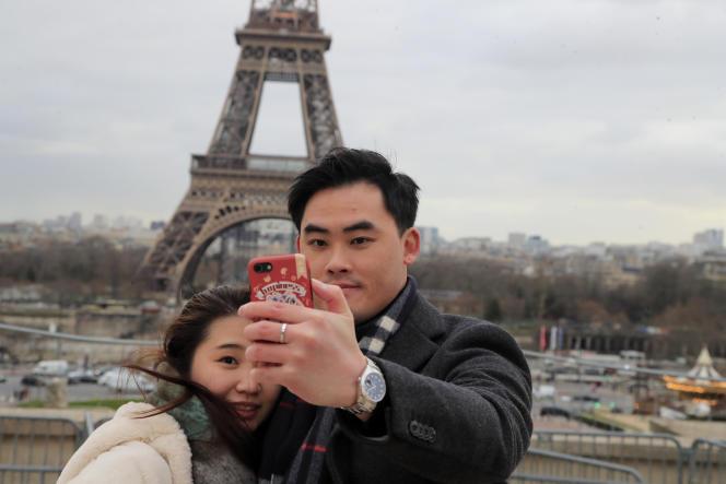 Un couple chinois pose devant la tour Eiffel, le 4 février à Paris.
