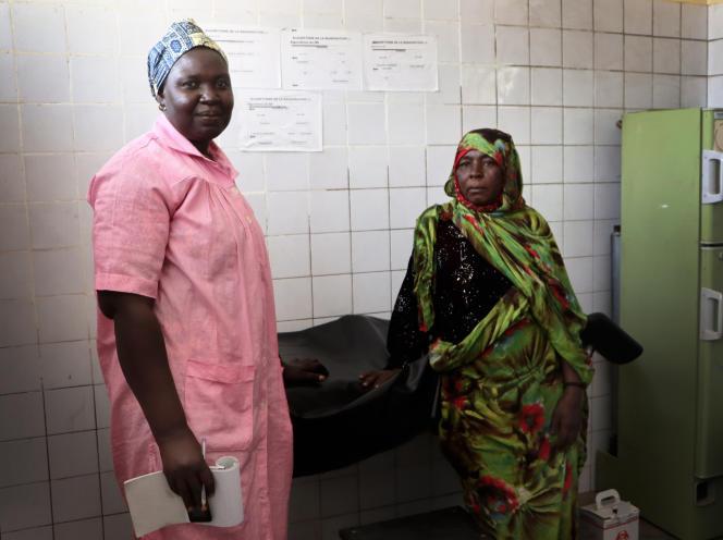 L'unique sage-femme du centre de santé de Kékédina, dans le Kanem, dans l'ouest tchadien, travaille en collaboration avec les matrones en salle d'accouchement, le 29 janvier 2020.
