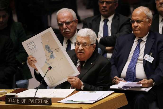Le président de l'Autorité palestinienne, Mahmoud Abbas, pendant la réunion du Conseil de sécurité des Nations unies, tenant une carte de la région. A New York, le 11 février 2020.