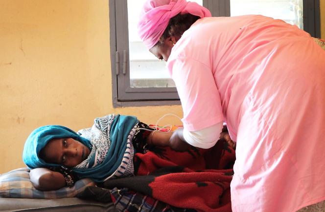 Une sage-femme perfuse une patiente qui a accouché de jumeaux à l'hôpital provincial de Mao, au Kanem, en janvier 2020.