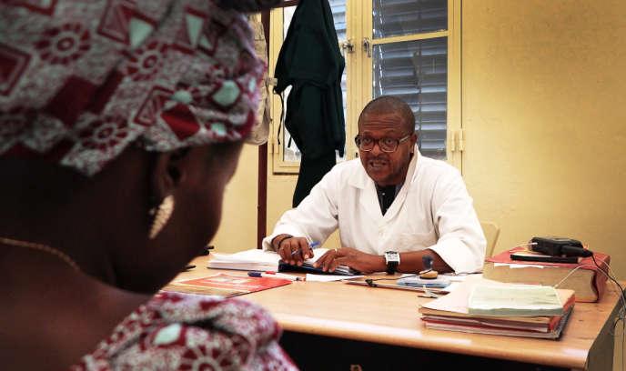 Luc Joseph Baradandikanya, le seul gynécologue de la province de Kanem, au Tchad, en consultation à l'hôpital de Mao, le 30 janvier 2020.