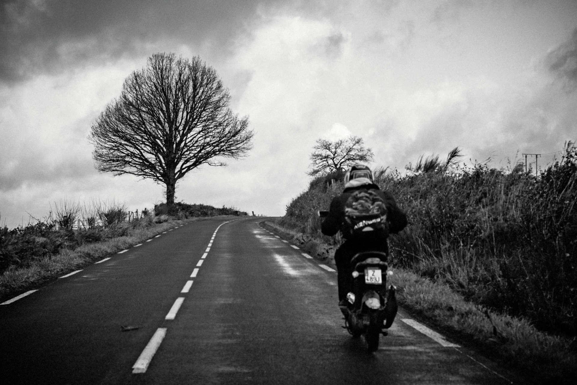 Sans permis, Mickaël, 29 ans, parcourt 80 kilomètres sur son scooter entre le chantier d'insertion où il travaille et l'auto-école où il prépare le permis.