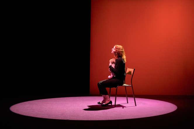 Lolita Chammah seule sur scène dans un décor empruntant aux tableaux de Francis Bacon.