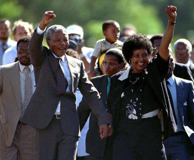 Nelson Mandela accompagné de son épouse d'alors Winnie, lors de sa libération le 11 février 1990 au Cap.