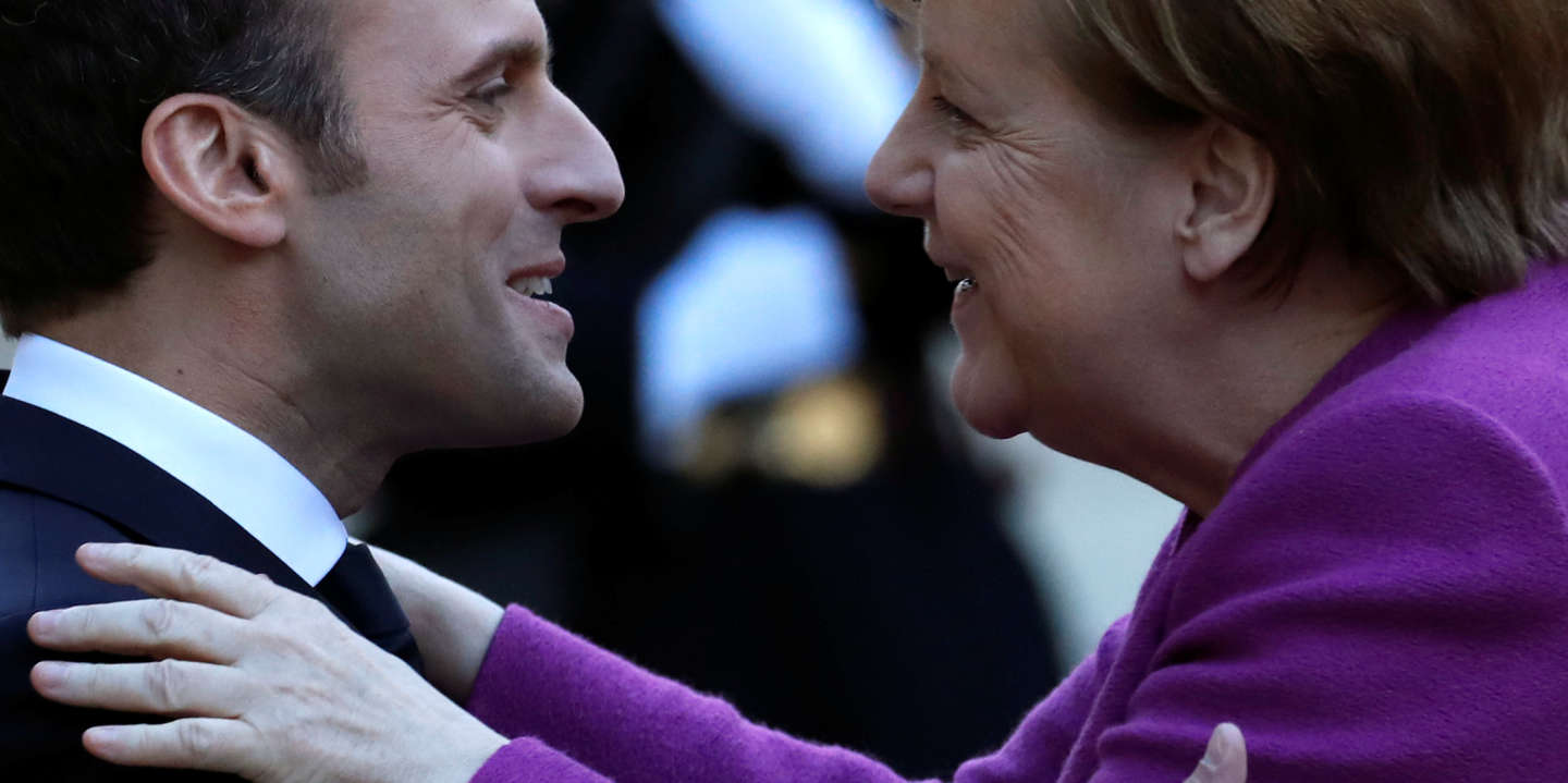 French President Emmanuel Macron welcomes German Chancellor Angela Merkel as she arrives for a meeting at the Elysee Palace in Paris, France, March 16, 2018. REUTERS/Christian Hartmann - RC146EAD0DC0