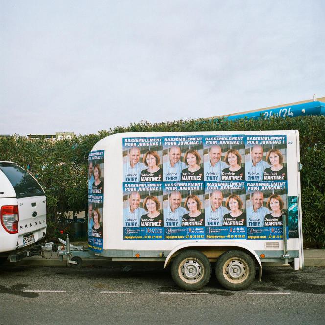Fabrice Thiry, tête de liste RN aux élections municipales de Juvignac (Hérault), utilise une remorque pour diffuser ses affiches. Le 27 janvier.