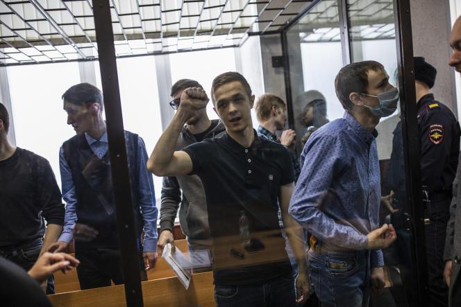 Des jeunes hommes accusés d'appartenir à une organisation classée comme terroriste par les services de sécurité, lors de leur procès à Penza, en Russie centrale, le 10 février.