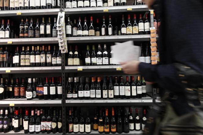 Des bouteilles de vin français dans un supermarché Whole Foods Market, à Washington, le 3 octobre 2019.