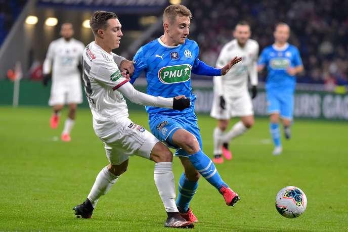 Maxence Caqueret (Lyon) et Valentin Rongier (Marseille), le 12 février 2020 au Groupama Stadium de Décines-Charpieu.
