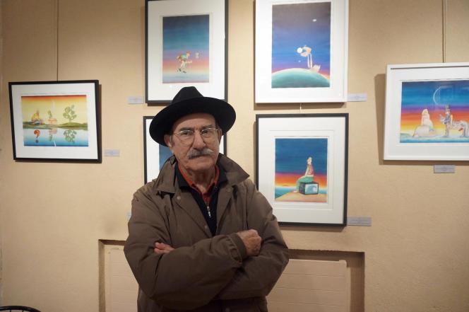 «Napo» devant ses dessins, lors de l'exposition qui lui était consacrée à Paris, en novembre 2017.