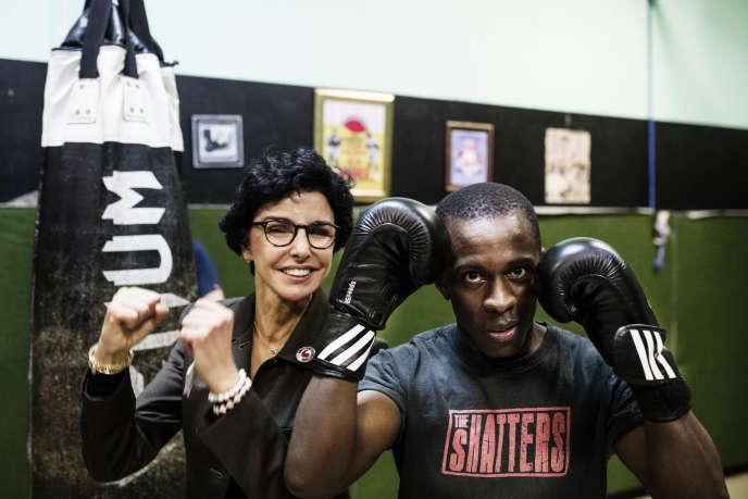 Rachida Dati pose avec un membre d'un club de boxe thaïlandaise, dans le 18earrondissement de Paris.