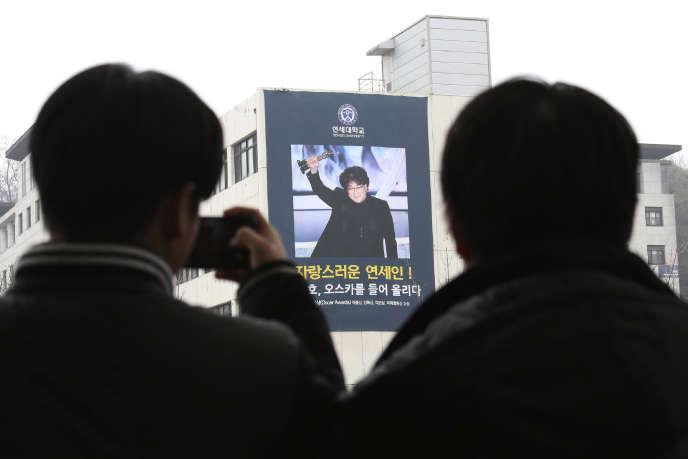 Sur les murs de la Yonsei University, à Séoul, le 12 février 2020, après le triomphe de «Parasite», de Bong Joon-ho aux Oscars.