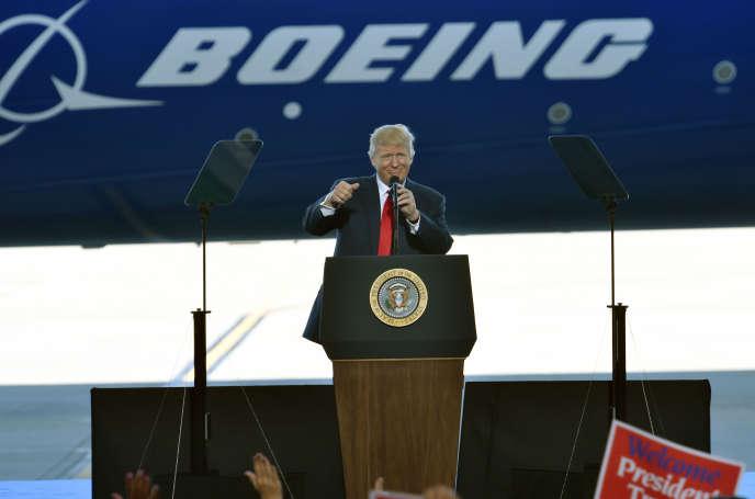 Donald Trump en visite dans l'usine Boeing deCharleston, en Caroline du Sud, le 17 février 2017.