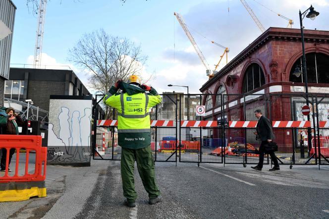 Un ouvrier sur le site de construction du HS2 à la station Euston de Londres, le 11 février.