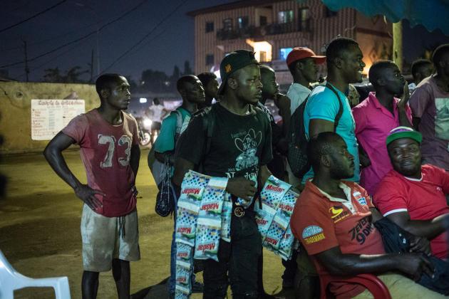 A Yaoundé, des vendeurs ambulants de lessive en sachet, à 100francs CFA (0,15euro) l'unité.