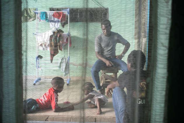 Les cousins de Rodrigue viennent lui rendre visite chez sa sœur Béatrice, à Douala. On refait le monde et on échange les nouvelles de Yaoundé, le temps de préparer le déjeuner.