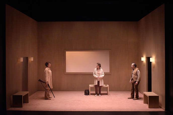 Sylvia Bergé, Clotilde de Bayser et Nâzim Boudjenah, dans«Massacre», de Lluïsa Cunillé, mis en scène par Tommy Milliot.
