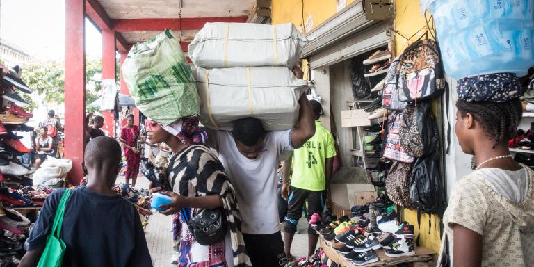 Marché Mboppi de Douala. Ici, les commerçants chinois vendent des répliques de vêtements de marque en tout genre et en grande quantité. Aujourd'hui, Rodrigue et Morgane sont à la recherche de chaussures d'été pour femmes. Les 100 euros qu'ils ont investit à Douala leur a rapporté 100 euros de bénéfices à Yaoundé. Samedi 4 Mai 2019.