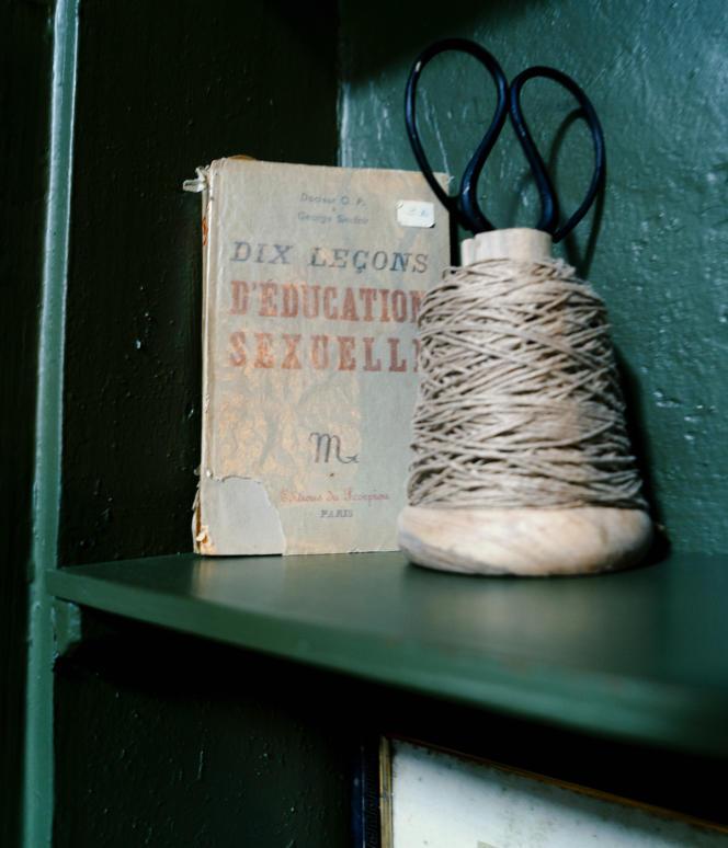 Les bibelots chinés dans les brocantes du coin ornent les étagères de l'entrée, des chambres et du salon.