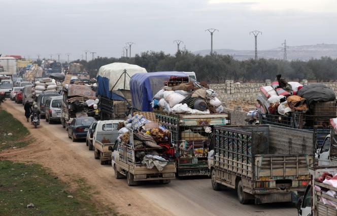 Colonne de civils fuyant l'avancée des troupes syriennes àHazano, dans les environs d'Idlib, le 11 février.