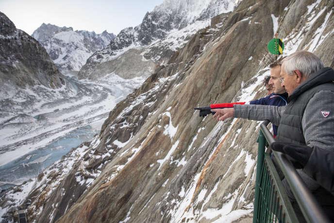 Emmanuel Macron, lors de sa visite à la mer de Glace, au Mont-Blanc (Haute-Savoie), le 13 février.