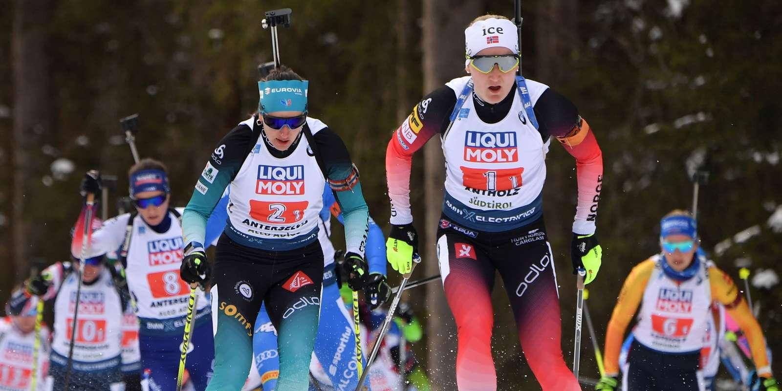 Marte Olsbu Roeiseland devant la Françaises Julia Simon lors du relais mixte à Rasen-Antholz, en Italie, le 13 février