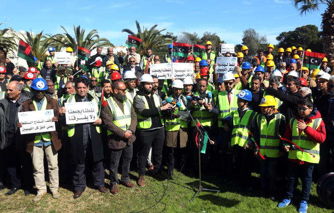 Manifestation de Libyens devant le siège de la compagnie national de pétrole pour protester contre le blocage des raffineries par les troupe du maréchal Haftar, le 12 février 2020.