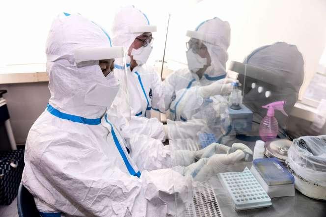 Test d'echantillons pour détecter le virus COVID-19 dans un laboratoire de Shenyang (Chine), le 12 février.