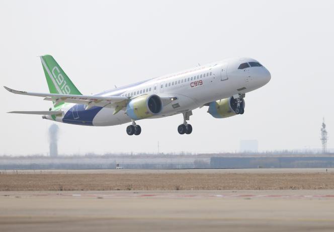 Un Comac C919 décolle de l'aéroport international de Pudong à Shanghaï, le 17 décembre 2017.
