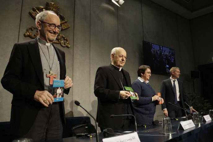 Les cardinaux Michael Czerny et Lorenzo Baldisseri et sœur Augusta de Oliveira présentent une copie de l'exhortation apostolique post-synodale