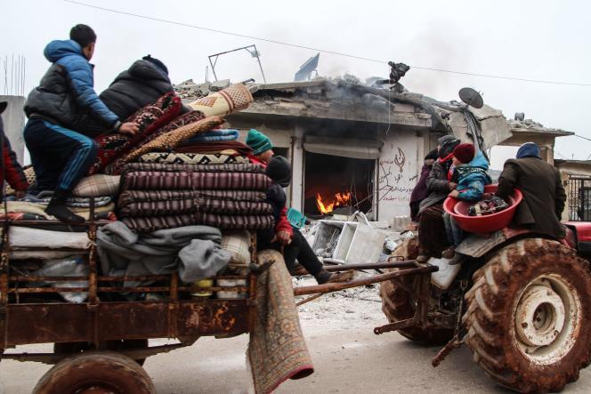 Une famille syrienne fuit les attaques des forces pro-régime dans la ville d'Abin Semaan, dans le nord du pays, le 12 février.
