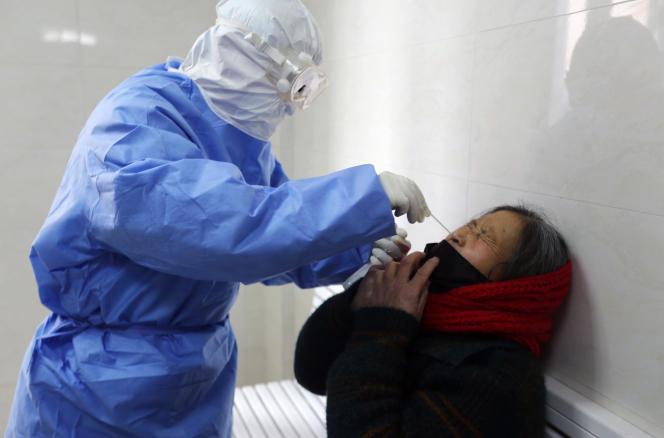 Une femme est testée pour savoir si elle est contaminée, dans la province de Shandong.