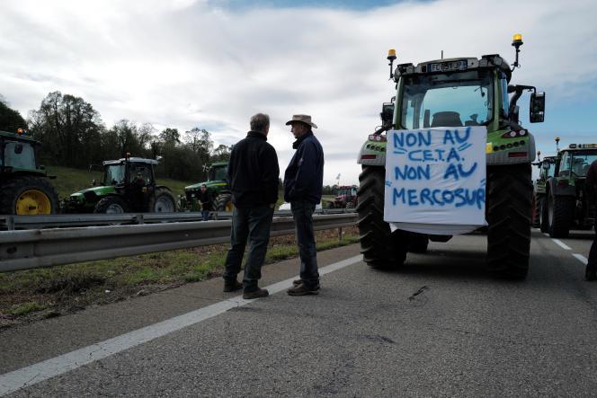 Des agriculteurs expriment leur colère face aux accords de libre-échange entre l'UE et le Canada(CETA) et entre les Vingt-Sept et le Mercosur, près de Mulhouse (Haut-Rhin), en octobre 2019.
