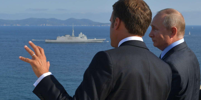 epa07781153 Russian President Vladimir Putin (R) and French President Emmanuel Macron (L) talk during their meeting at the fort of Bregancon in France, 19 August 2019. President Putin pays a working visit to France at the invitation of French President. EPA/ALEXEI DRUZHININ / SPUTNIK / KREMLIN POOL MANDATORY CREDIT (MaxPPP TagID: epalivefour236220.jpg) [Photo via MaxPPP]
