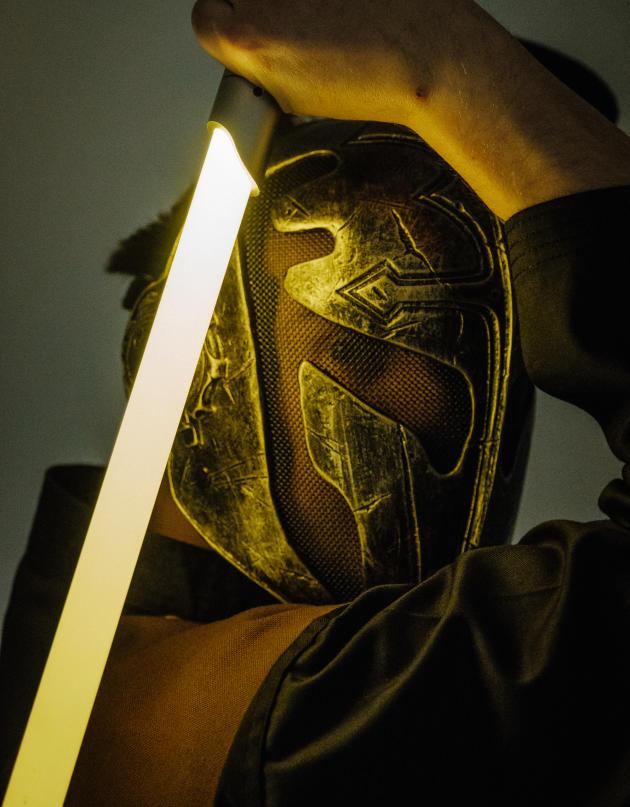 Jessy, un élève du club d'escrime de Saint-Lô (Manche), durant un entraînement au sabre laser, le 12 février.