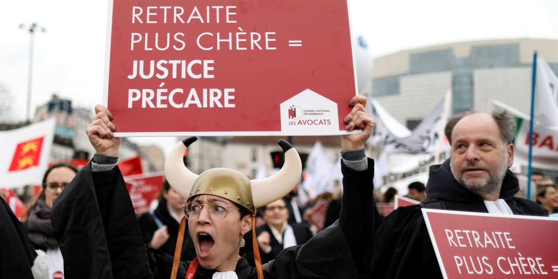 En grève depuis six semaines, les avocats durcissent leur mouvement