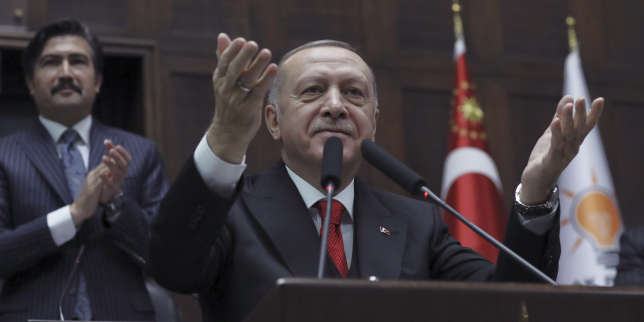 En difficulté en Syrie, le président turc Erdogan hausse le ton contre Moscou, alliée de Damas