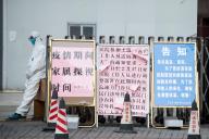 Un garde de sécurité à l'entrée d'un hôpital de Shanghaï, en Chine, le 13 février.