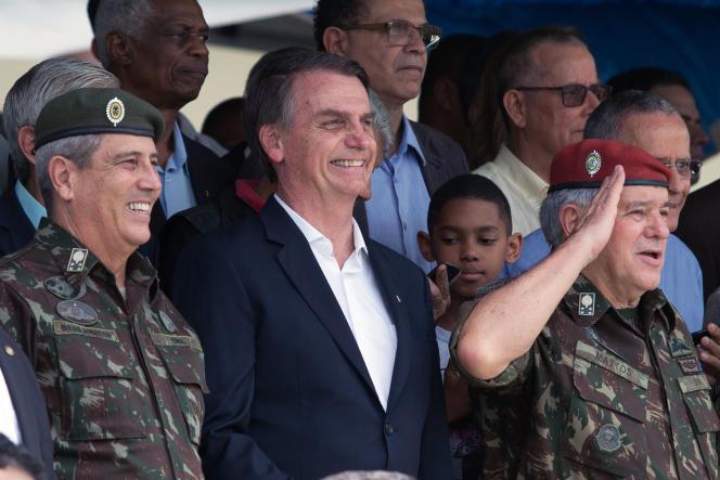 De gauche à droite, le général Walter Souza Braga Netto, le président Jair Bolsonaro et le général Luis Carlos Gomes Mattos, à Rio de Janeiro, Brésil, en novembre 2018.