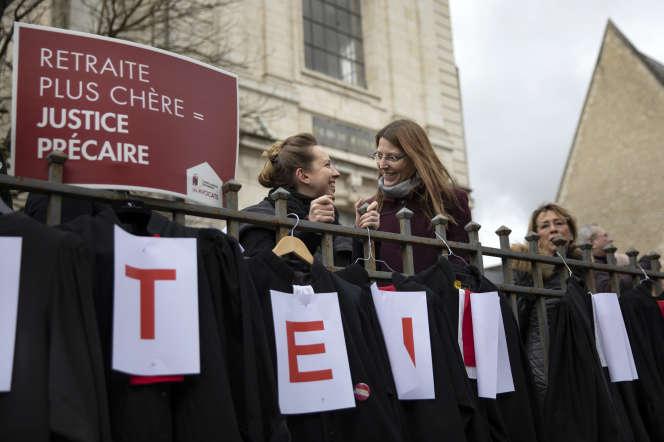 Des avocats du barreau de Bourges manifestent contre le projet de réforme des retraites, le 14 février.