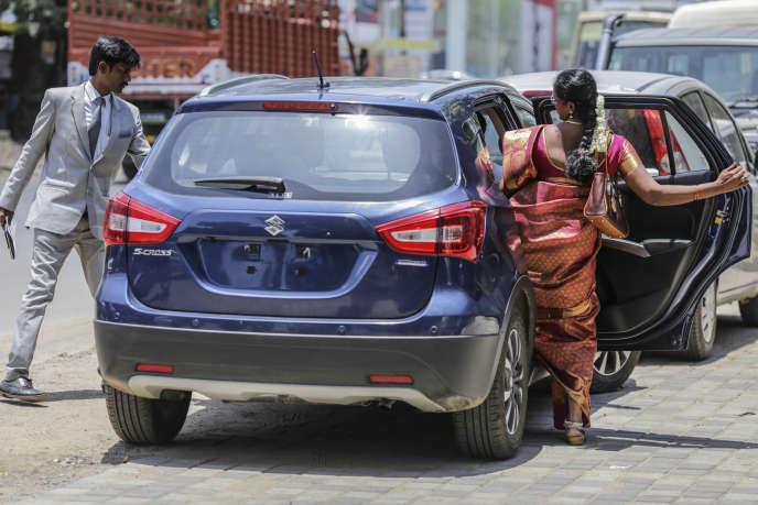 Des clients testent une Maruti-Suzuki S-Cross, le 30 août 2019, à Chennai. La marque indienne domine le marché et monopolise 48 % des ventes.