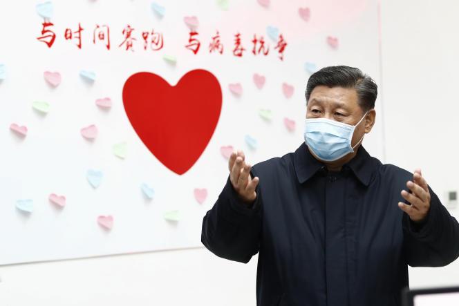 Le président chinois Xi Jinpin dans un centre de contrôle des maladies à Pékin, le 10 février, où un message dit: « Course contre la montre, lutte contre le virus».