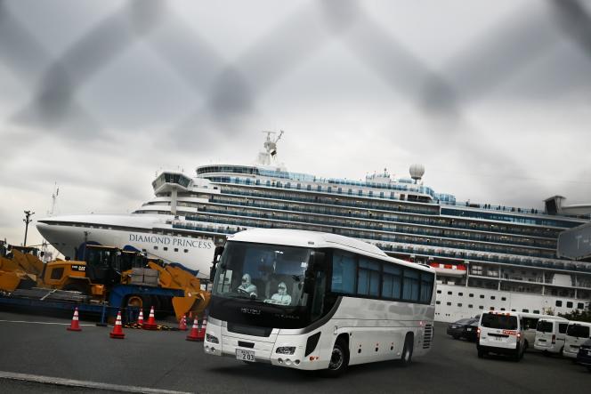 Des hommes en combinaison quittent le«Diamond Princess», où sont confinées 3600 personnes, dans le port de Yokohama, près de Tokyo, le 14 février 2020.