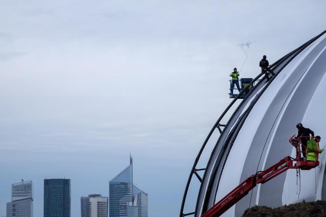 Des ouvriers construisent, sur le champ de course de Longchamp, en octobre 2019.